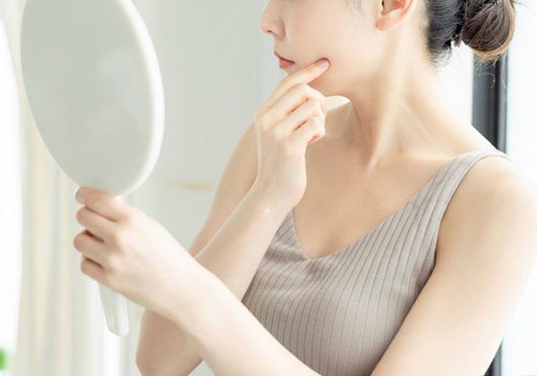 肌を気にする女性の写真